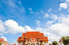 Temple avec le ciel bleu et nuageux Image libre de droits