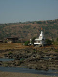 Temple blanc dans le village indien Photo stock