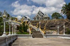 Temple blanc de Wat Kaew Korawaram dans la ville de Krabi image stock