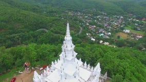 Temple blanc sur la montagne de la Thaïlande banque de vidéos