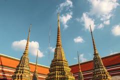 Temple bouddhiste avec le stupa antique à Bangkok, Thaïlande photographie stock libre de droits