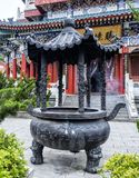 Temple bouddhiste avec les détails décoratifs colorés en haut de la montagne de Tianmen, province de Hunan, Zhangjiajie, Chine photos libres de droits