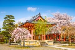 Temple bouddhiste Bellhouse au printemps photos stock