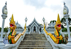 Temple bouddhiste blanc dans la ville de Krabi, Thaïlande photographie stock