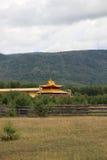 Temple bouddhiste près de colline Images libres de droits