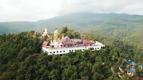 Temple bouddhiste sur un dessus de montagne Longueur aérienne du bourdon 4k clips vidéos