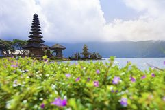 Temple bratan de danu d'ulun de Pura en rivière chez Bali Indonésie Images libres de droits