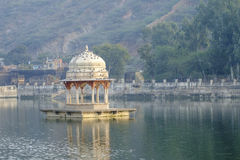 Temple in Bundi lake. Birds on the roof of the temple in Bundi lake Royalty Free Stock Images