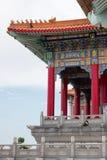 Temple chinois coloré en Thaïlande avec le ciel bleu photo libre de droits