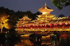 Temple chinois par la nuit image stock