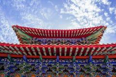Temple chinois pendant le matin avec les cieux nuageux images libres de droits