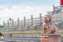 Temple chinois pendant le matin avec les cieux nuageux photographie stock libre de droits