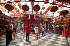 Temple chinois Thaïlande de Suphanburi - 21 janvier 2018 : Croyants photo stock
