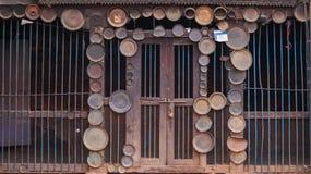 Temple décoré des plats et des manuscrits indous images stock