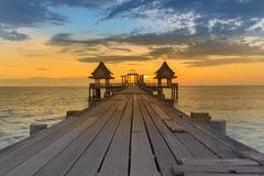 Temple d'abandon dans l'horizon de coucher du soleil d'océan Image stock