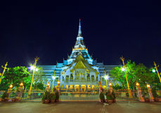 Temple d'Ainsi-épine de Wat dans le coucher du soleil Image libre de droits