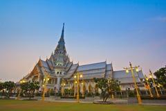 Temple d'Ainsi-épine de Wat dans le coucher du soleil Images libres de droits