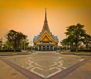 Temple d'Ainsi-épine de Wat dans le coucher du soleil Images stock