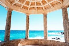 Temple d'Ancien avec le colum de la Grèce par la mer Méditerranée Photo stock