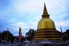 Temple d'or au crépuscule, Dhambulla Photographie stock libre de droits