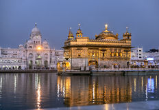 Temple d'or d'Amritsar la nuit photos stock