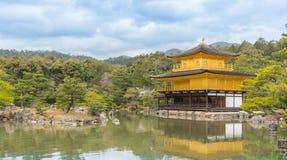 Temple d'or de Kinkakuji de pavillon à Kyoto Photos stock