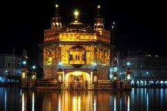 Temple d'or la nuit Images stock