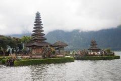 Temple d'Ulundanu et lac Beratan dans Bali Photo stock