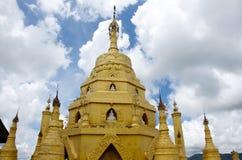 Temple dans bagan un jour d'oiseau bleu Photos stock