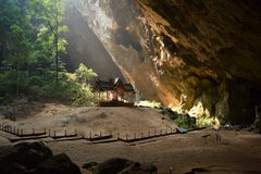Temple dans la caverne Photographie stock libre de droits