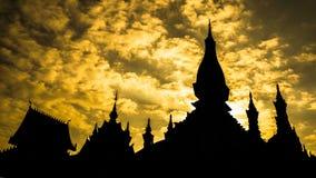 Temple dans le coucher du soleil, Laos Images libres de droits