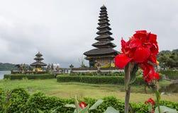 Temple de Bali avec des fleurs Photographie stock