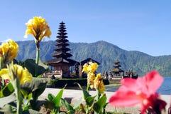 Temple de Bali avec les fleurs 2 Photographie stock
