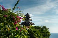 Temple de Balinese sur la falaise verte Photographie stock libre de droits