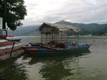 Temple de Barahi de lac Phewa nuageux photographie stock libre de droits