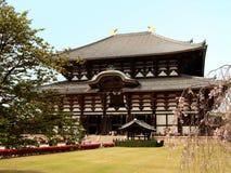 Temple de Bouddha avec le cerisier Photographie stock libre de droits