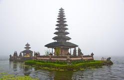 Temple de Bratan de lac se levant hors du regain Image stock