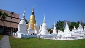 Temple de temple de dok de Suan beau dans le chiangmai, lentille grande-angulaire de la Thaïlande clips vidéos