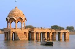 Temple de Gadi Sagar au lac Gadisar, Jaisalmer, Inde image stock