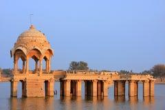 Temple de Gadi Sagar au lac Gadisar, Jaisalmer, Inde images libres de droits