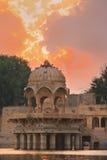 Temple de Gadi Sagar sur le lac Gadisar au coucher du soleil, Jaisalmer, Inde photos libres de droits