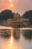 Temple de Gadi Sagar sur le lac Gadisar au coucher du soleil, Jaisalmer, Inde photo stock