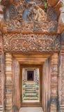 Temple de grès rouge de temple de Banteay Srei dans Angkor, Cambodge Photos stock
