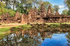 Temple de grès rouge de temple de Banteay Srei dans Angkor, Cambodge Image stock