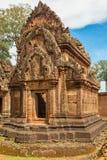 Temple de grès rouge de temple de Banteay Srei dans Angkor, Cambodge Photo libre de droits