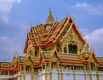 Temple de grande taille avec les toits de niveau multi en Thaïlande Photographie stock libre de droits