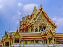 Temple de grande taille avec les toits de niveau multi en Thaïlande Photos stock