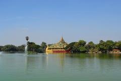 Temple de Karaweik dans le lac Kandawgyi, Yangon, Myanmar Images libres de droits