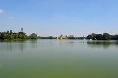 Temple de Karaweik dans le lac Kandawgyi, Yangon, Myanmar photographie stock libre de droits