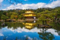 Temple de Kinkakuji (le pavillon d'or) avec l'érable d'automne dans Kyot Photos stock